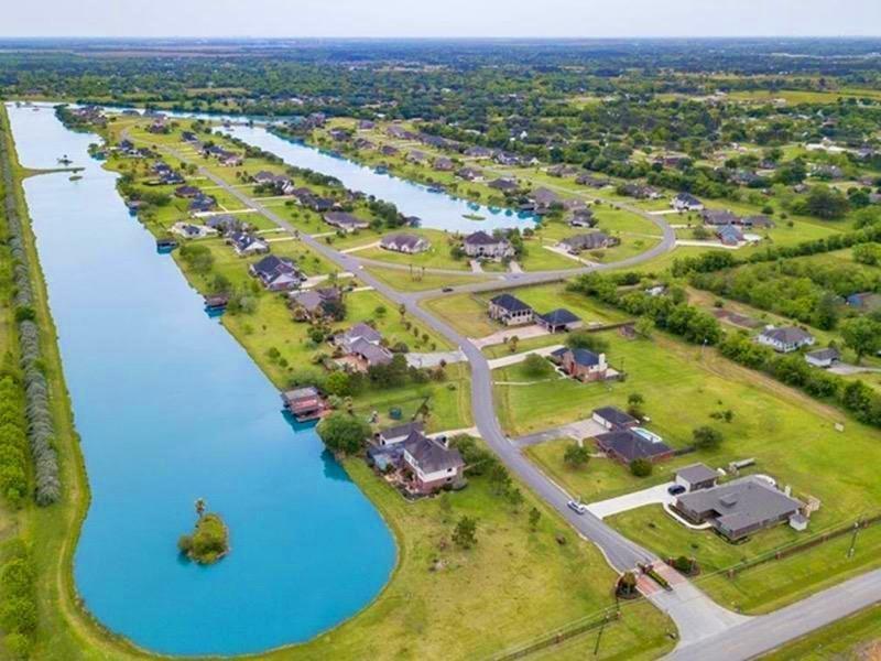107 Lago Circle Drive, Santa Fe, TX 77517