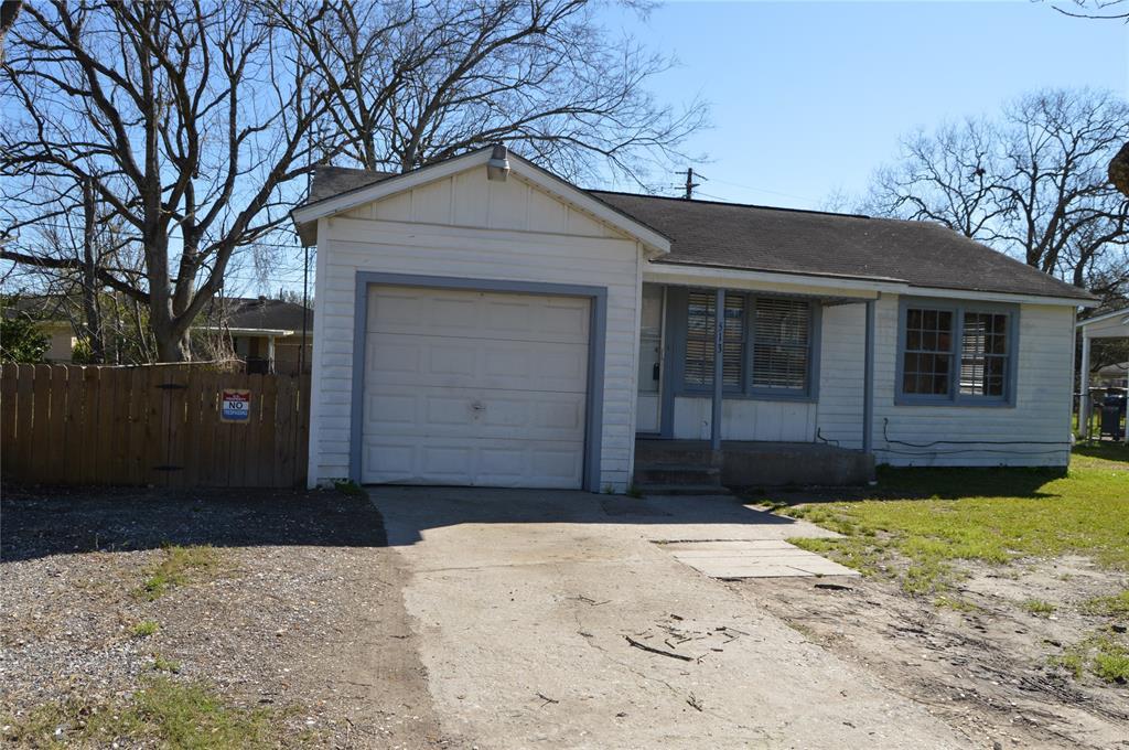513 W Oak Street, Highlands, TX 77562