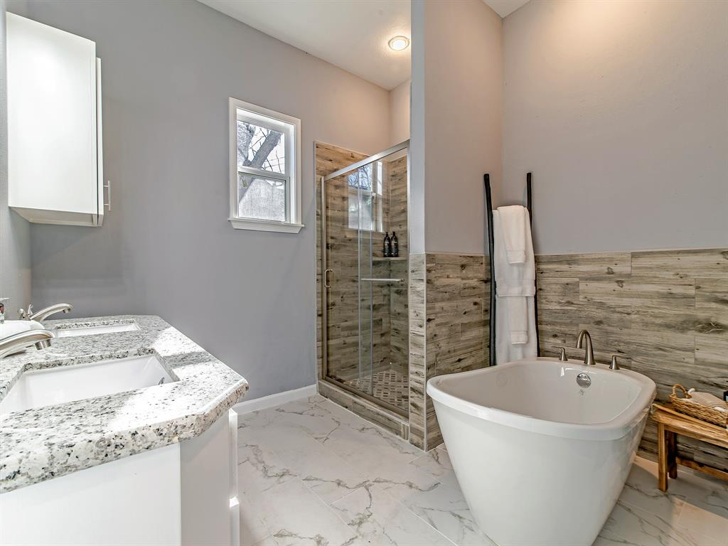 You'll never feel crammed up in this master bath. Take your choice, shower or soak in the bathtub. Good to have options!