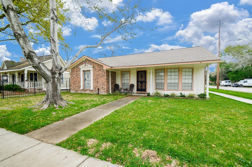 Wonderful location in desired Heights area of Houston.Close to parks, restaurants and downtown entertainment. Quaint 3 bedroom home with hardwood floors, neutral paint and original 1960's charm.  Washer, dryer, refrigerator and water/sewer included in rent price.  Yard maintenance can be included for an additional fee per month.