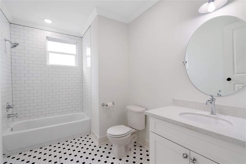 Hall bathroom with modern finishes.