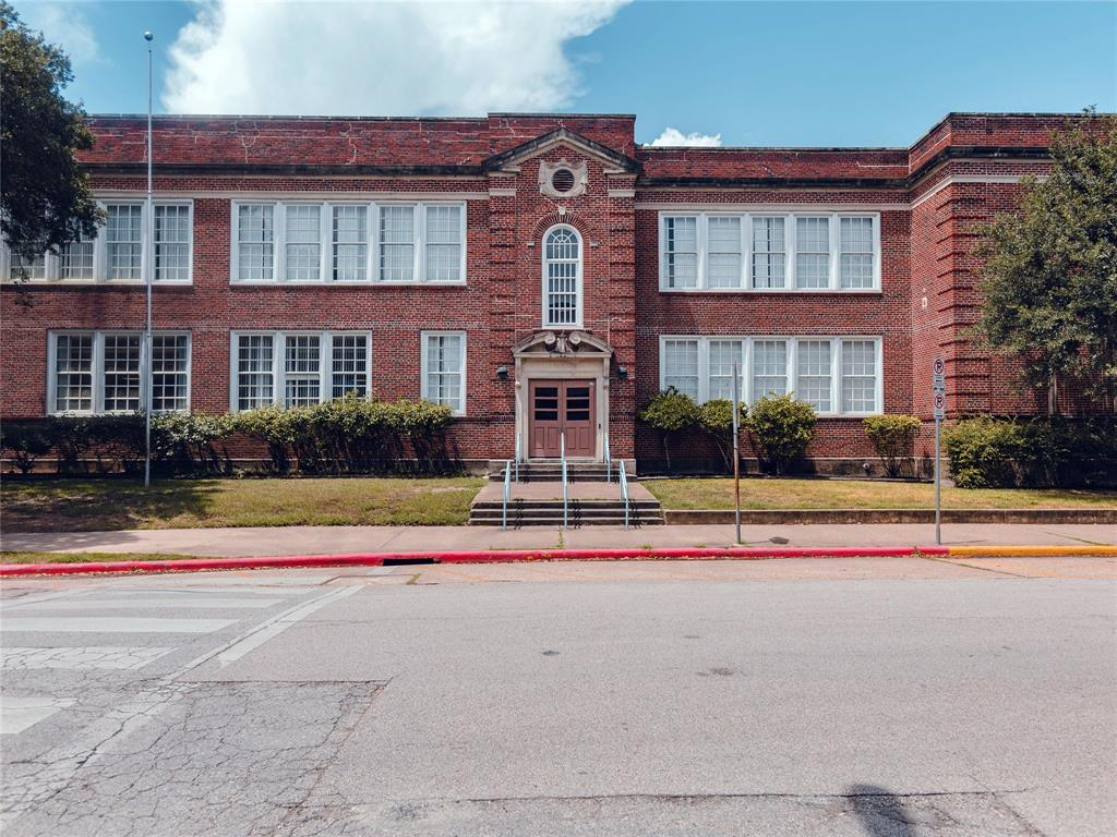 Per the seller, the home is zoned to the Vanguard Magnet school, Travis Elementary, one of the most well regarded schools in the Heights.
