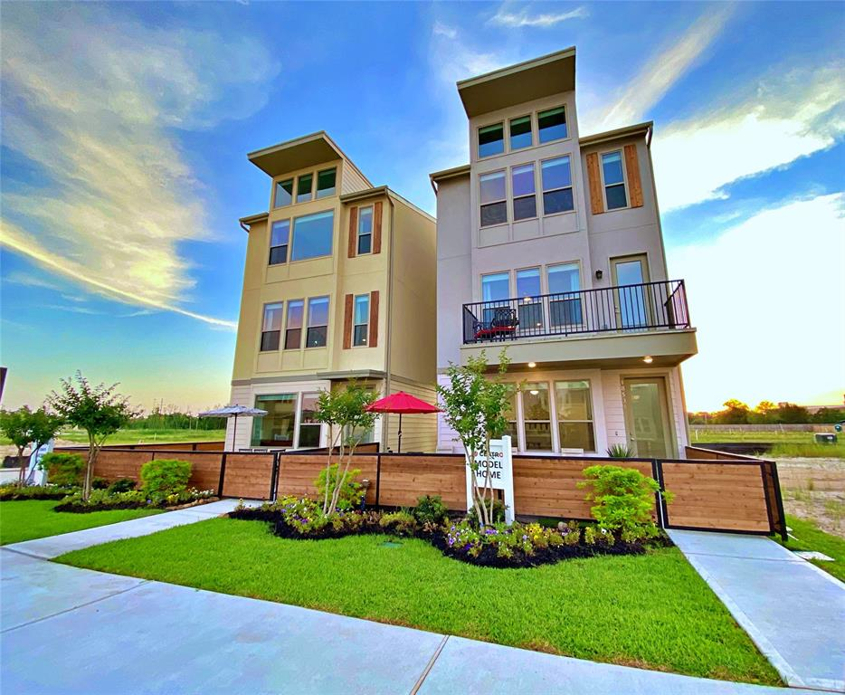 Modern 3 Story home in the heart of the woodlands medical center. This beautiful open floorplan offers a large open kitchen off the living room with quarts counters.  Private balcony off the large living area.  Master suite with soaring ceilings gives you that custom home feel.  This amazing home will not disappoint.