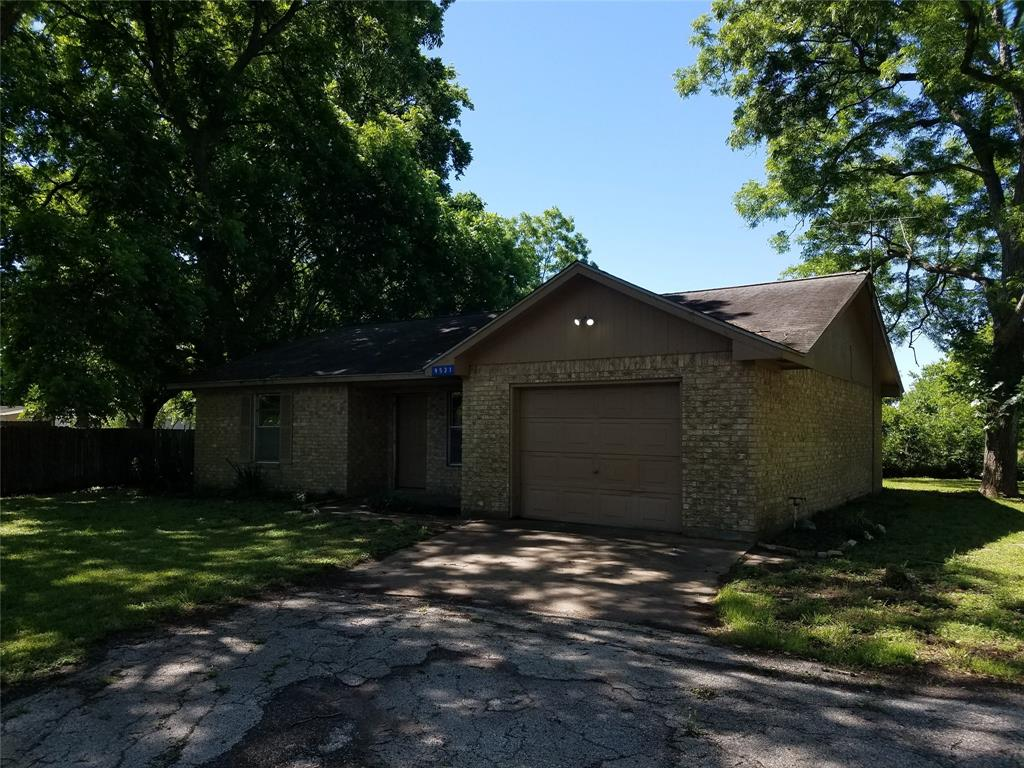Opportunity to own this 2 bedroom 1 bath home in the heart of Fort bend! Interior features include Kitchen, Formal Dining, Living area in House.