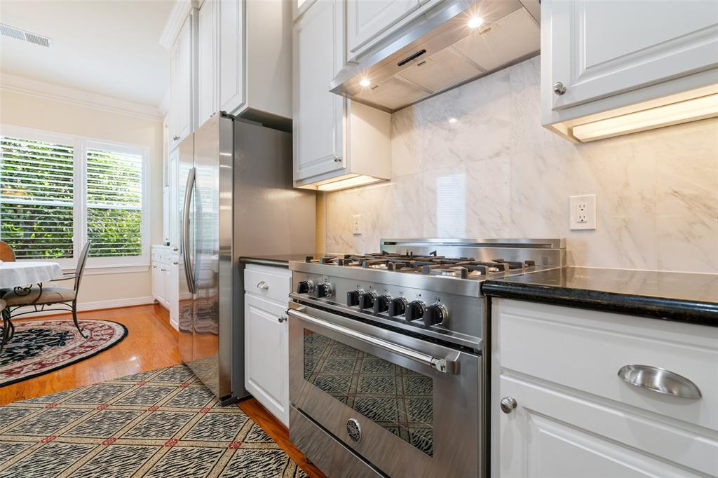 The family chef will love cooking on the high-end Bertazzoni gas range.
