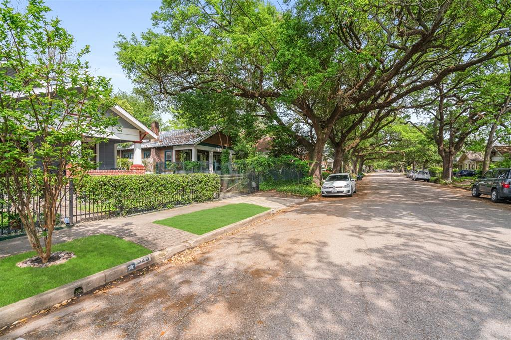 Bayland Avenue is a gorgeous, tree-lined street located in the heart of Woodland Heights. You'll love finishing your short afternoon commute from Downtown through this shaded canopy of 100-year old oak trees.