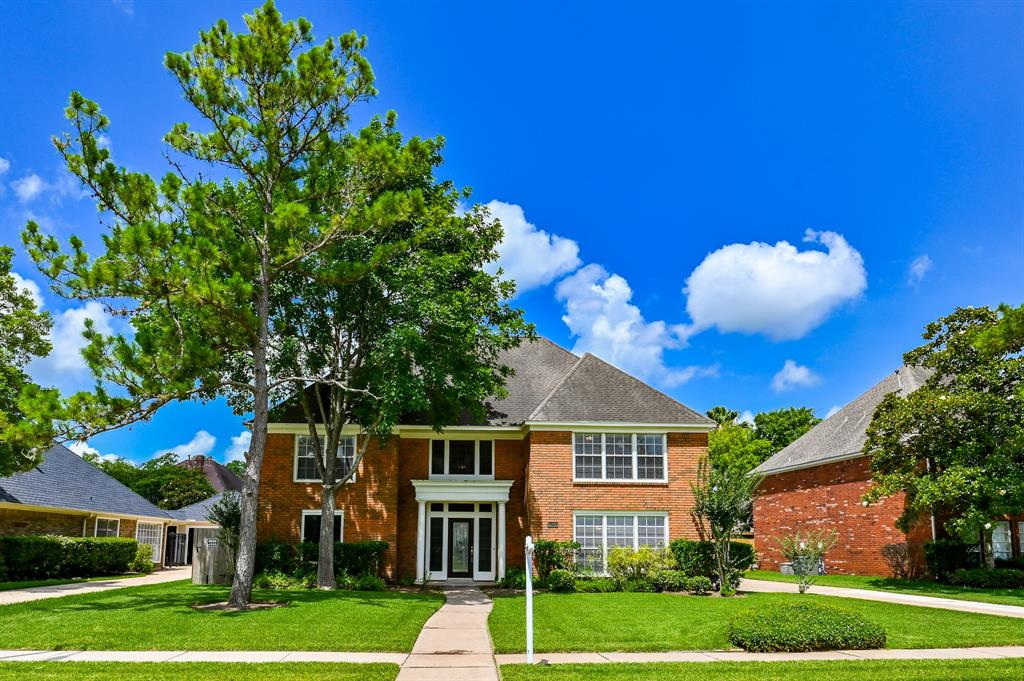 This generous sized home in Commonwealth is just waiting for you to make your move to Sugar Land. The large kitchen with breakfast area, and an island, are open to the family room with views of your private back yard pool.