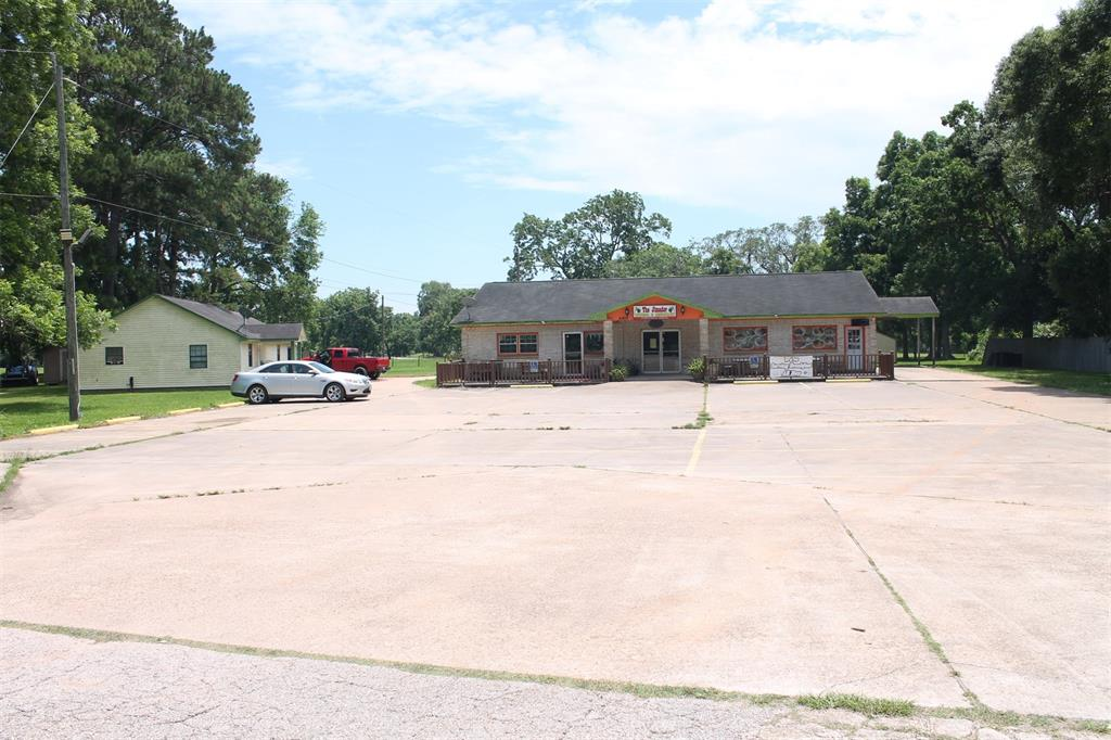 INVESTOR SPECIAL!!! NEVER FLOODED!! NO RESTRICTIONS!! GREAT INCOME PRODUCING PROPERTY ON HWY FRONTAGE!! APPROX. 15 MINS TO LAKE JACKSON AND FREEPORT AREA!!TWO SINGLE FAMILY HOMES AS WELL AS A RESTAURANT THAT CAN BE MADE INTO A DUPLEX OR TRIPLEX!! RESTAURANT BUILT 2005, HOME ON THE LEFT BUILT 2010; BRICK HOME IN THE REAR BUILT 2006. 2 BED/ 2 BATH IN THE 2010 HOME WITH SINGLE CAR GARAGE AND OPEN KITCHEN!! 3/2/2 BRICK HOME WITH HIGH CEILINGS AND GREAT ROOM SIZES!! RESTAURANT HAS A USABLE APARTMENT SPACE INTERIOR. CURRENT TENANTS IN THE RESTAURANT AND THE YELLOW HOME ON THE LEFT. BRICK HOME IS CURRENTLY VACANT.