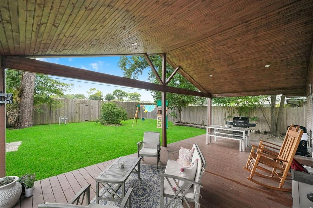 The covered patio is great for outdoor entertaining!