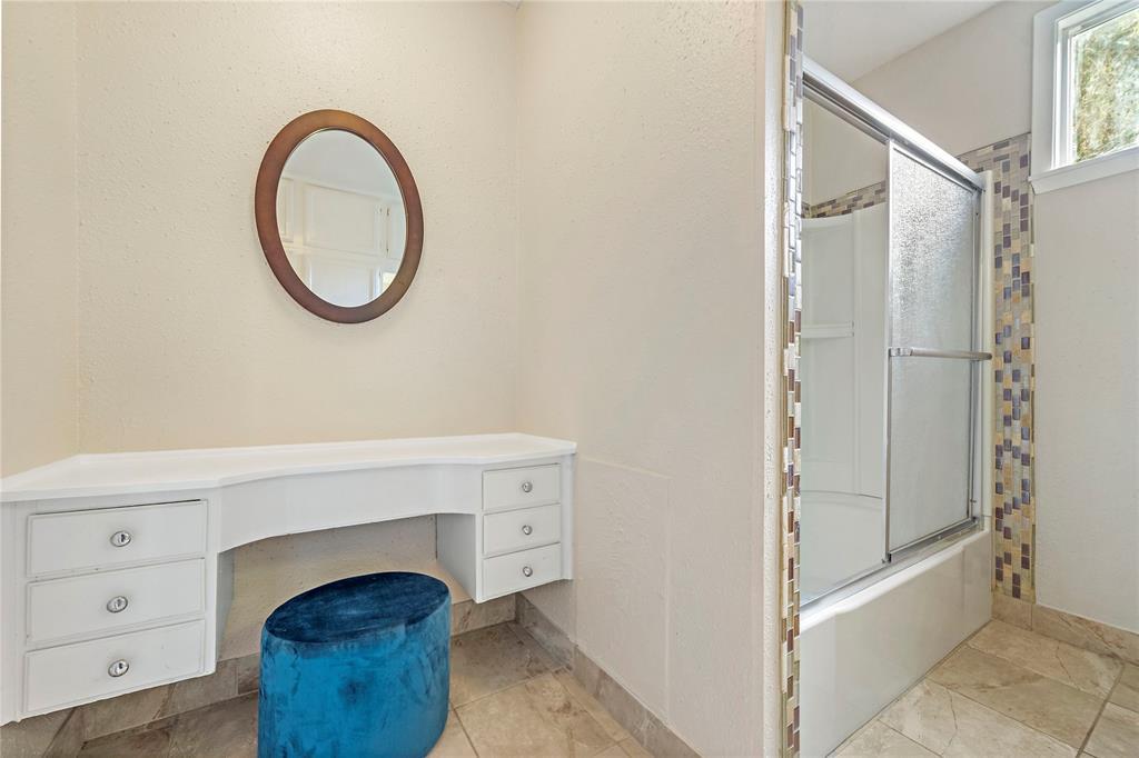 Sitting area in secondary bathroom.