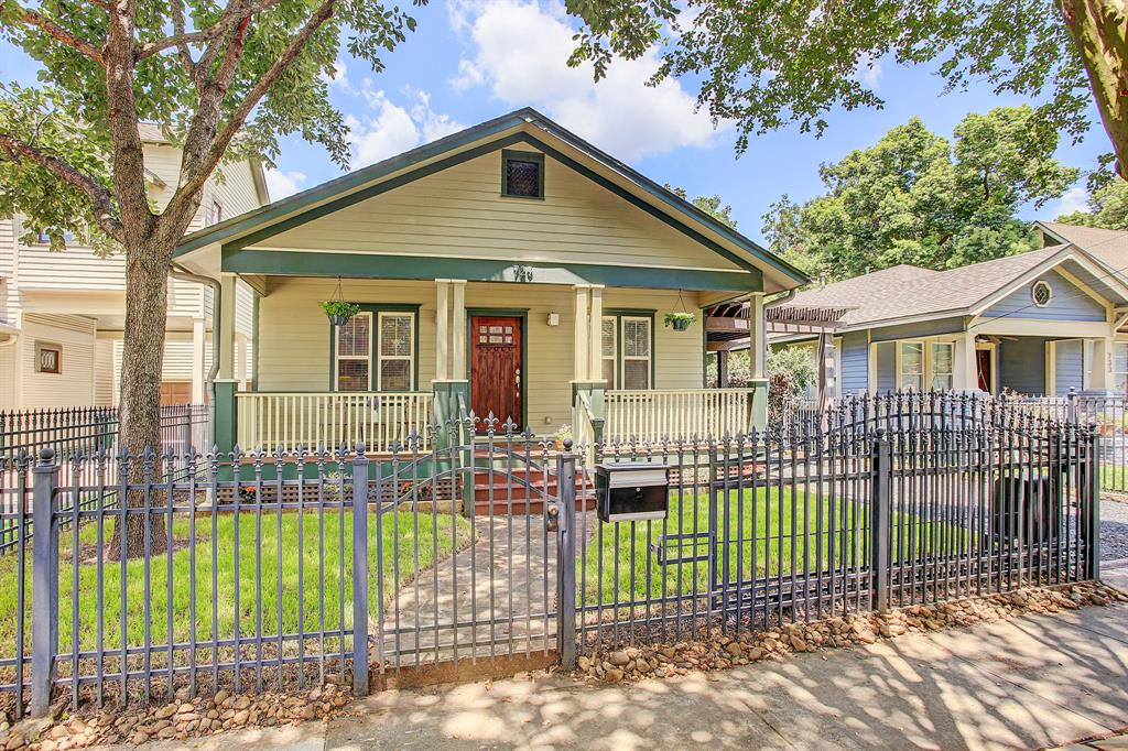 This quintessential 3/2 bungalow with a fully fenced yard is move-in ready!
