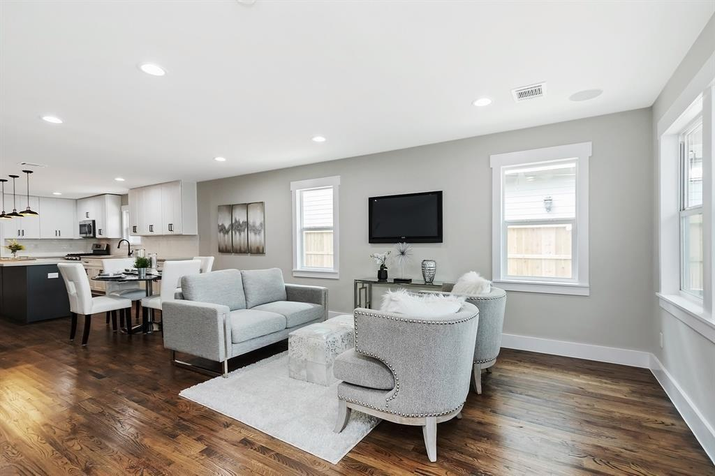This space is light, bright and well sized. The open space offers lots of options for how to place your furniture.