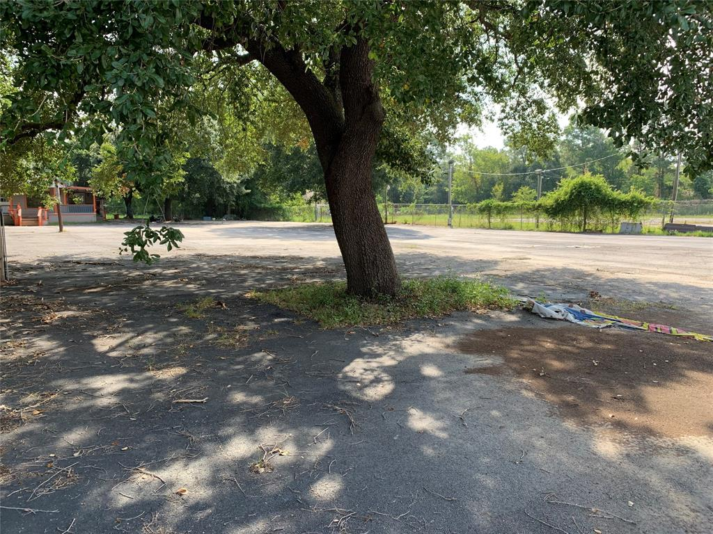 1.748 Acres available with endless possibility! Could continue to be used as commercial or could be developed residential. The options are endless! Electricity and water are available!
