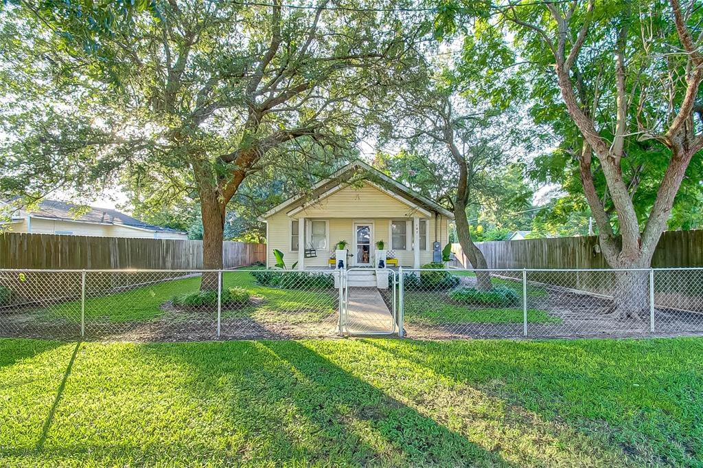Don't miss out on this charming bungalow!  Ready for the next owner to reclaim its past charm.  Located a few blocks from Boling High School.  Contact me for a private showing.