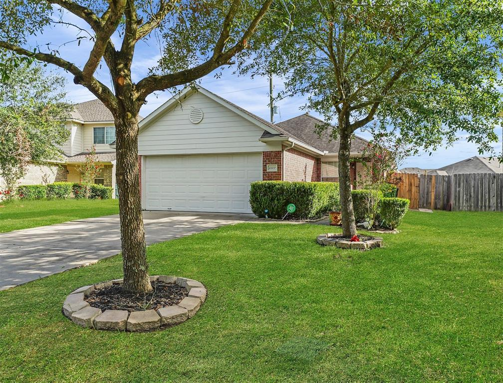 Fine one story with 4 bedrooms 2 bathroom on a culdesac street! Large private backyard perfect for a bar-b-q. Green space behind home. Elementary school is conveniently located in the neighborhood. Zoned to George Ranch High School. Easy commute to I-59! Blocks from shopping & dinning.