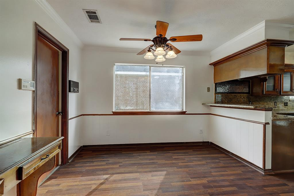 There is ample room here for a family sized table and chairs, also the option for a couple of stools at the breakfast bar.