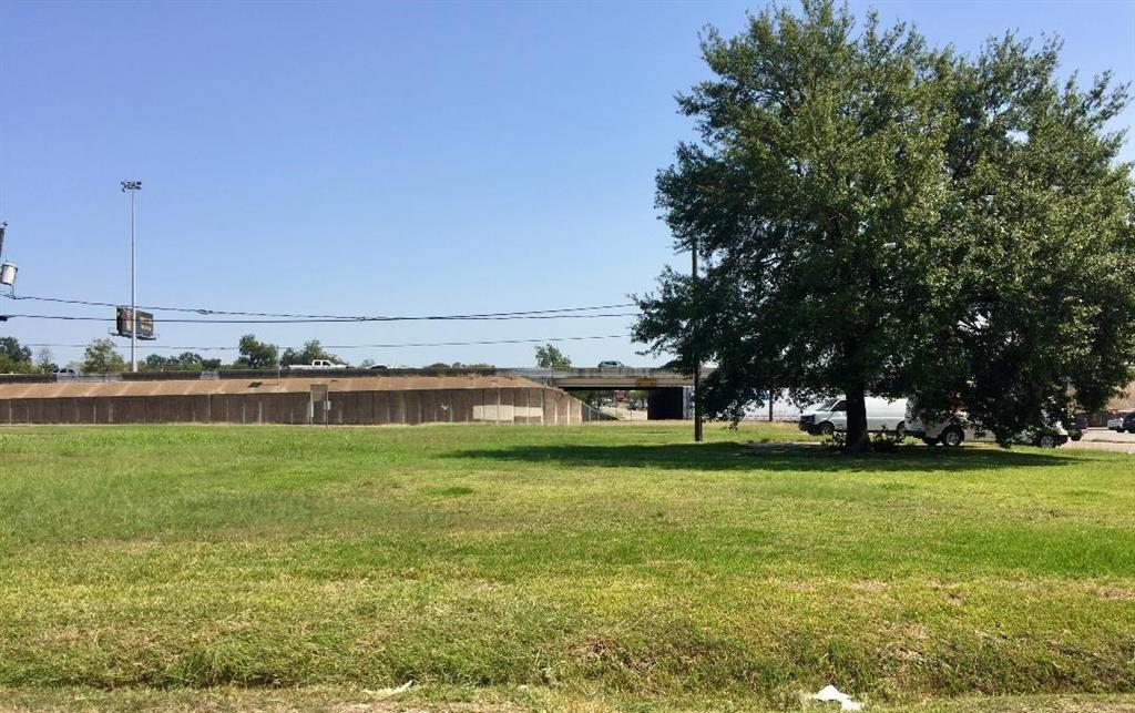 Clear lots and ready to build on.Check with your builder. Great access to downtown, I-45, N. Loop and I-10.