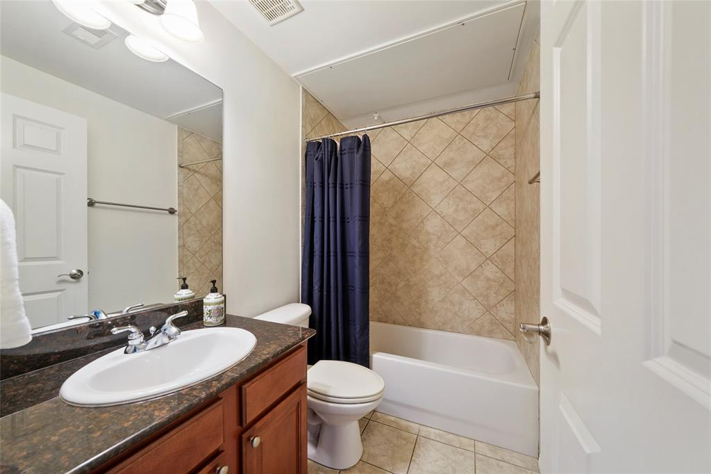 Guest en suite is just the right size.