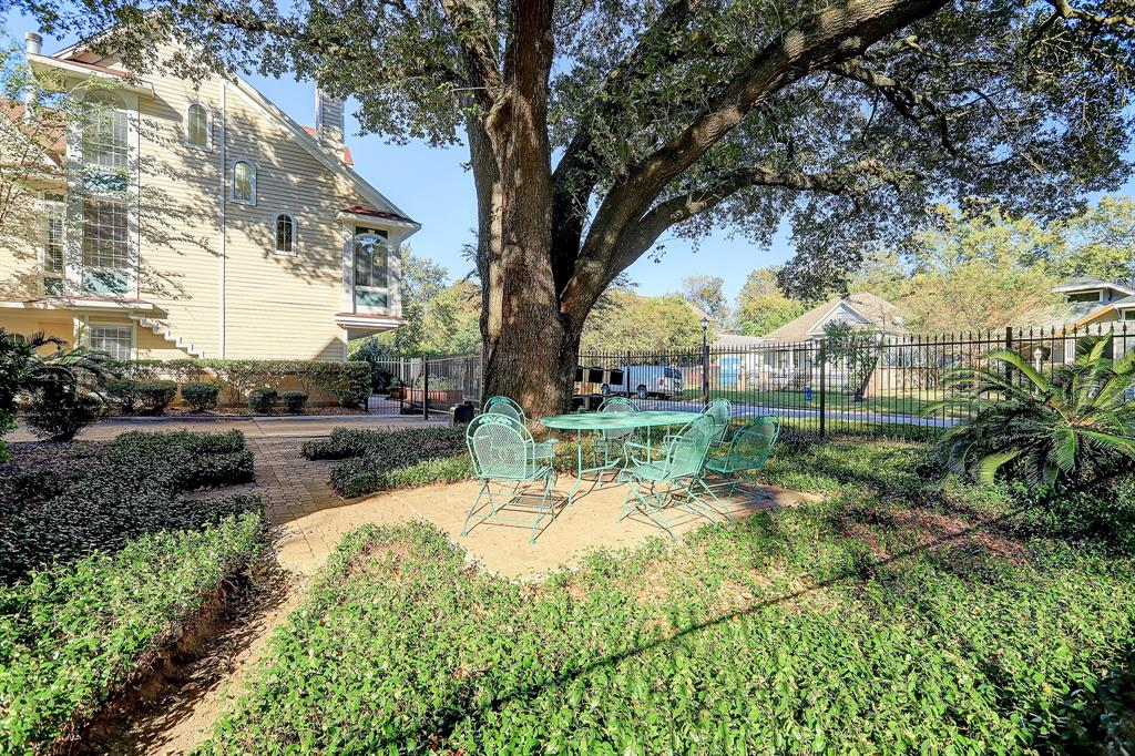 The common fenced courtyard shaded by a mature live oak is landscaped and meticulously kept for all owners to enjoy!