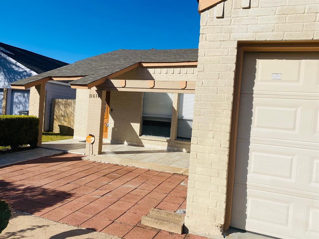 Beautiful one story home locate din Kirkwood Country Subdivision a charming neighborhood close to belt way 8 , tile floors, this is a must see. brand new AC 2 months old