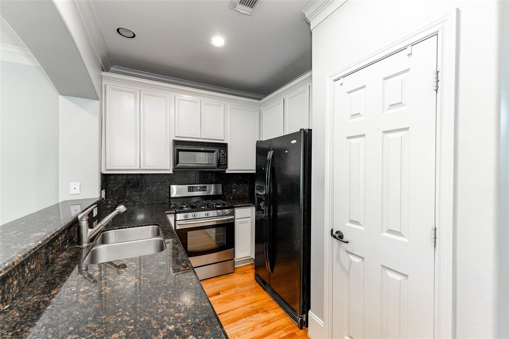 The kitchen features a gas stove and pantry.