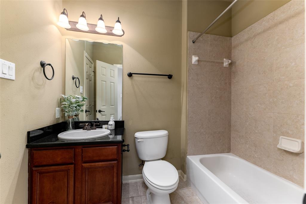 Full size en-suite secondary bathroom.