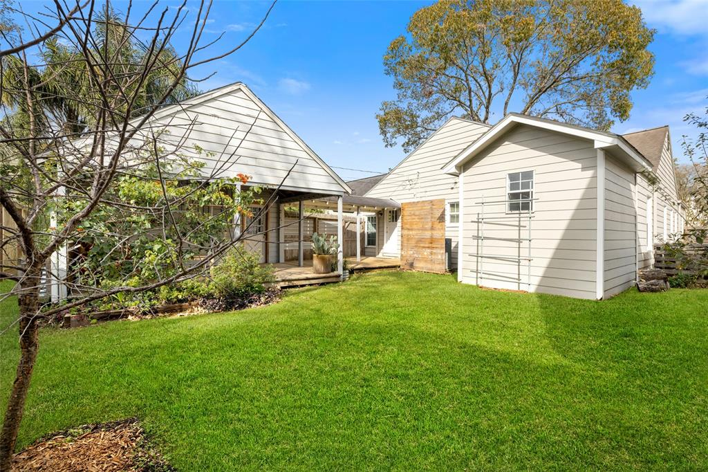 The fully fenced back yard is perfect for the family pet or back yard BBQs.