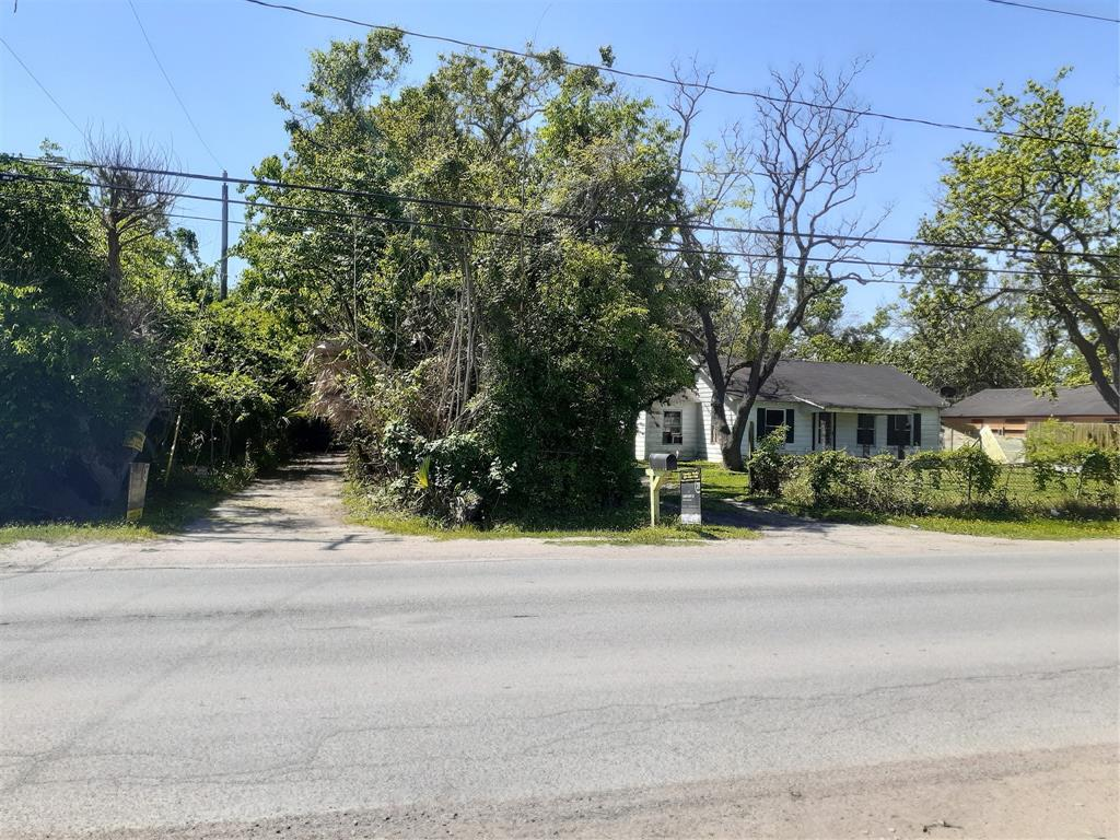 """4.61 unrestricted acres being sold for lot value. 2 small houses, numberous out buildings and greens houses on what used to be """"Jerry's Jungle"""". Front house never flooded but is a total reno or tear down."""