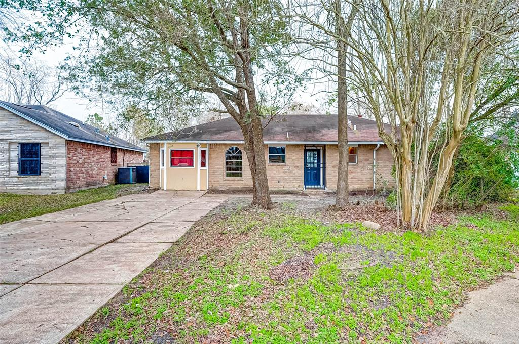 This home has been recently remodeled with upgraded flooring throughout the home, tile, carpet and laminate, appliances, countertops, cabinets, lighting fixtures.   Come see this beauty today!