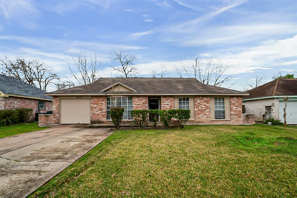This Houston one-story cul-de-sac home offers granite countertops. This home is vacant and cleaned regularly.