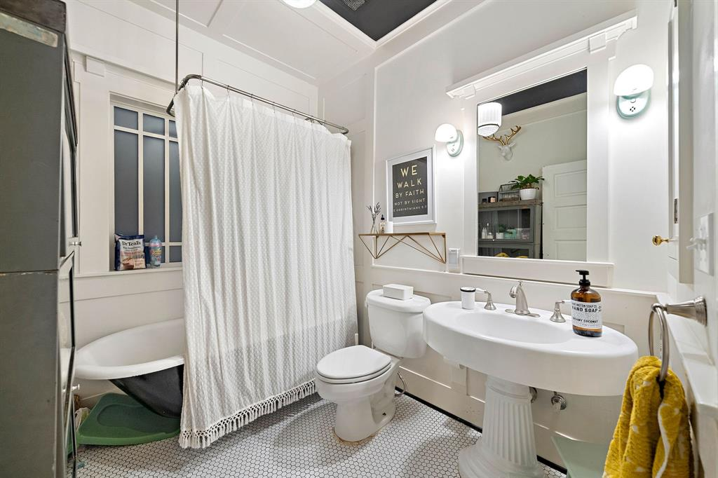 Secondary full bathroom.