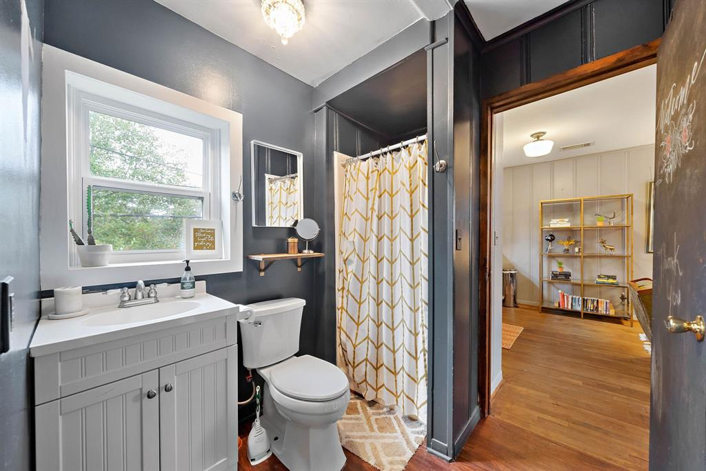 Full bathroom in the carriage house.