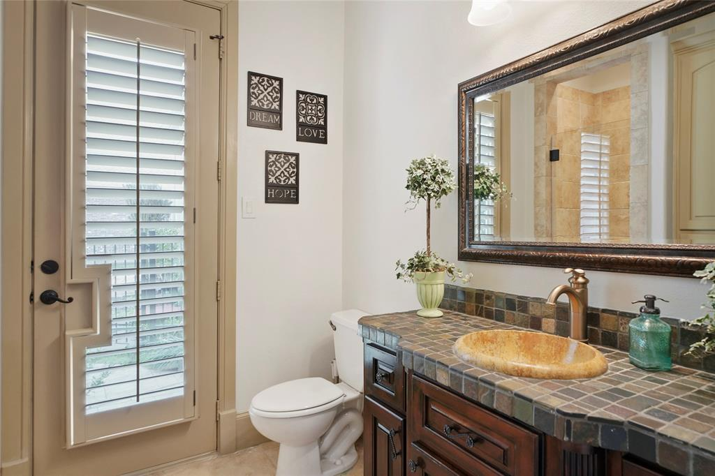 Full bath on the first floor is perfect for coming in and showering off after a day on the lake or enjoying the pool.