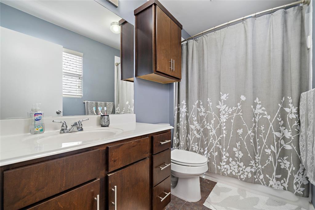 Primary en suite bathroom.