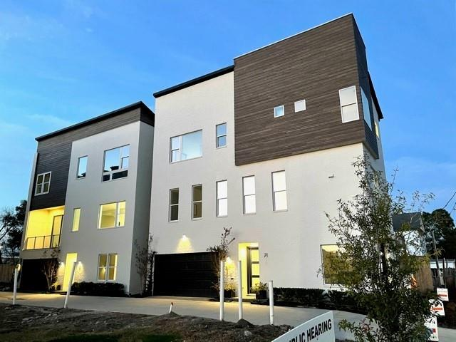 FREESTANDING home with FENCED IN YARD (50') and unique, LARGE LIVING with FIREPLACE in this beautiful corner home located directly on St. Charles. 5 blocks to Downtown and within walking distance to East River! Come and join our newest East Downtown/ EaDo community!  Contemporary/ modern architecture located in a neighborhood full of restaurants like Mama Ninfa's, El Tiempo, Tout Suite, and more!  Close to the Sunday Farmer's Market, Minute Maid Park and Discovery Green Park.   High end finishes such as Bosch appliances, Hans Grohe plumbing fixtures and green features such as tankless water heaters, Air Renew Sheetrock and dual flush toilets.