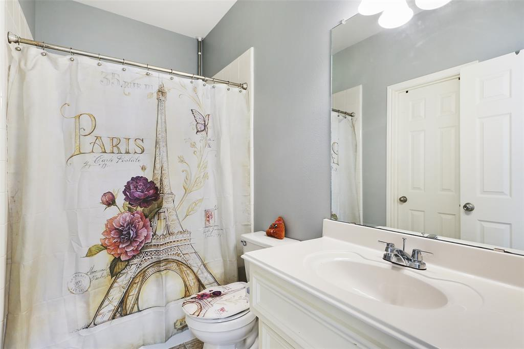 The master en suite includes a bath/shower combo, vanity, and a walk-in closet.