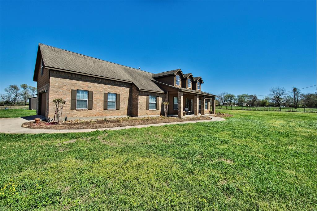 Beautiful home in popular Fulshear/Simonton area.  Lots of space to spread out in this gated/fenced 1.138 acre tract. Great living space with a welcoming air.  Plus, there's space for your own gym over the garage.  Take a look and you'll know you've come HOME!
