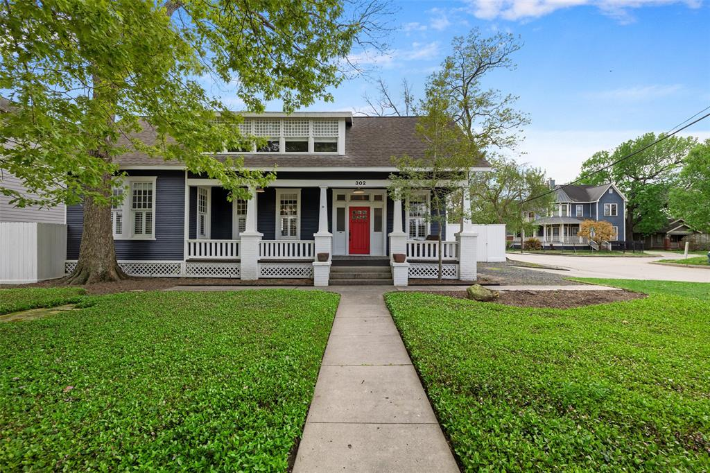 Welcome to your Heights dream home! Large corner lot fully fenced in a beautiful neighborhood.