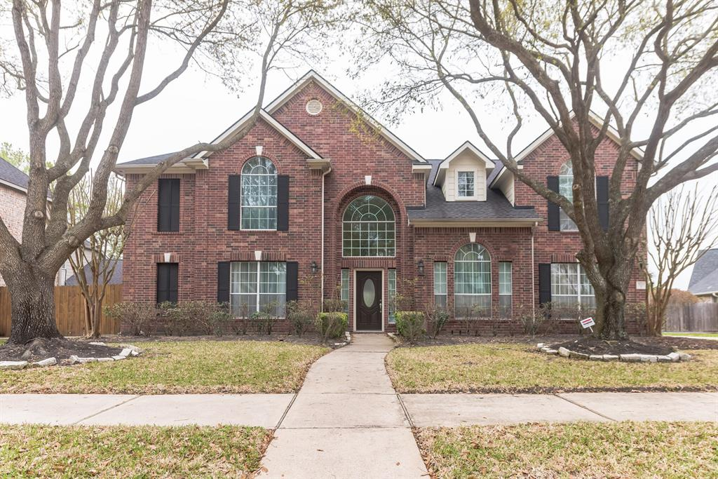 BEAUTIFUL HOME COMPLETELY REDONE, READY FOR MOVE IN !!!  IMPRESIVELY VERY WELL TAKEN CARE OF !!!