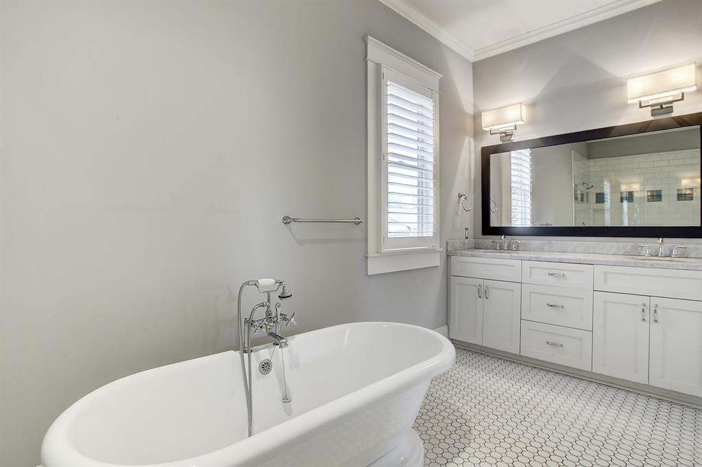 The antique style of the tub faucet completes the space!