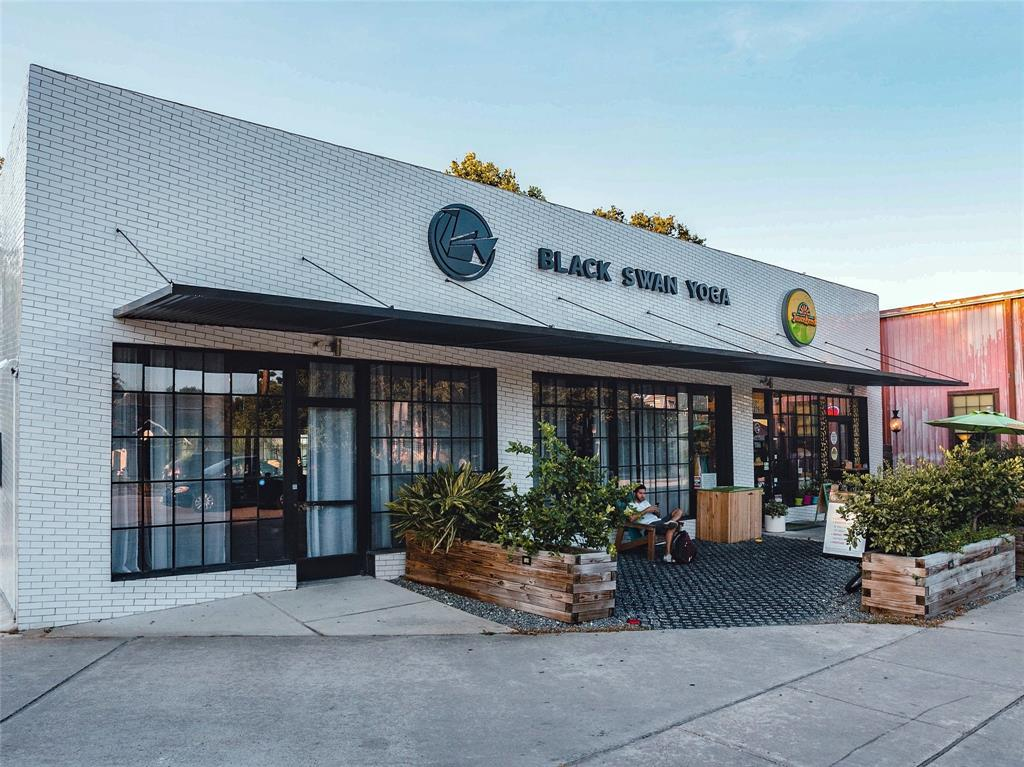 This location is one of the most walkable in the Heights. Shopping, restaurants, work out studios, and more are just steps away.