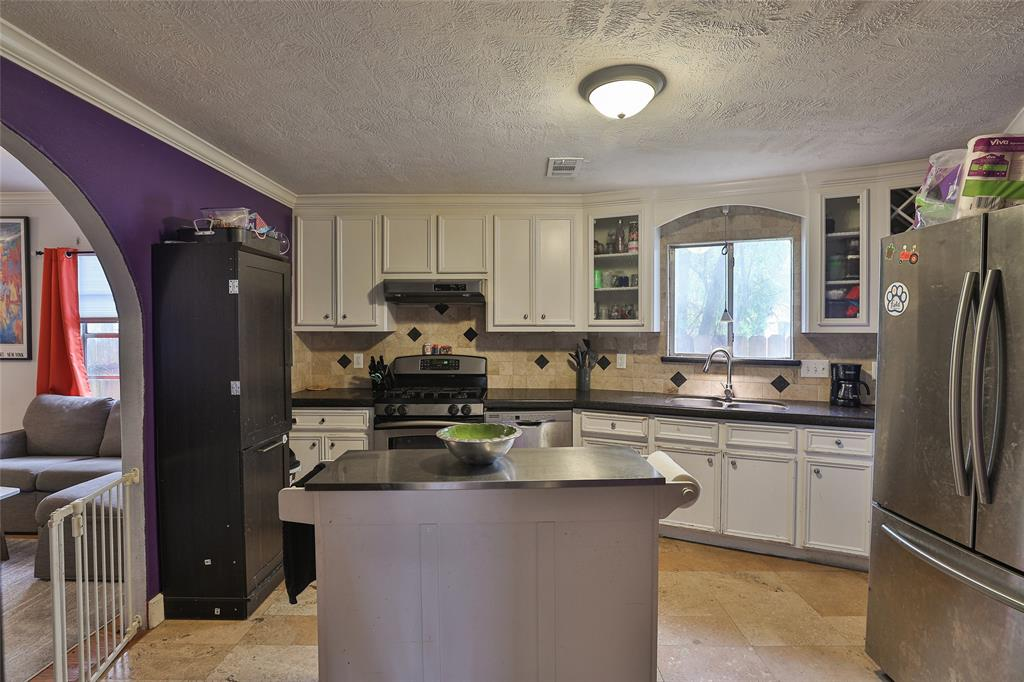 Lots of space in the kitchen.