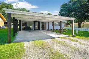 322 W Oak Avenue, Winnie, TX 77665