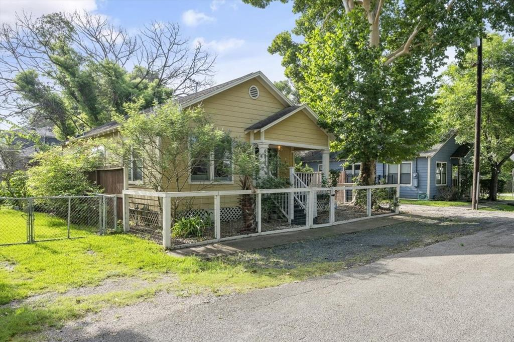 Charming, updated 2bed 1 bath home is a great find for those looking to live in the Heights for a less than usual price tag.