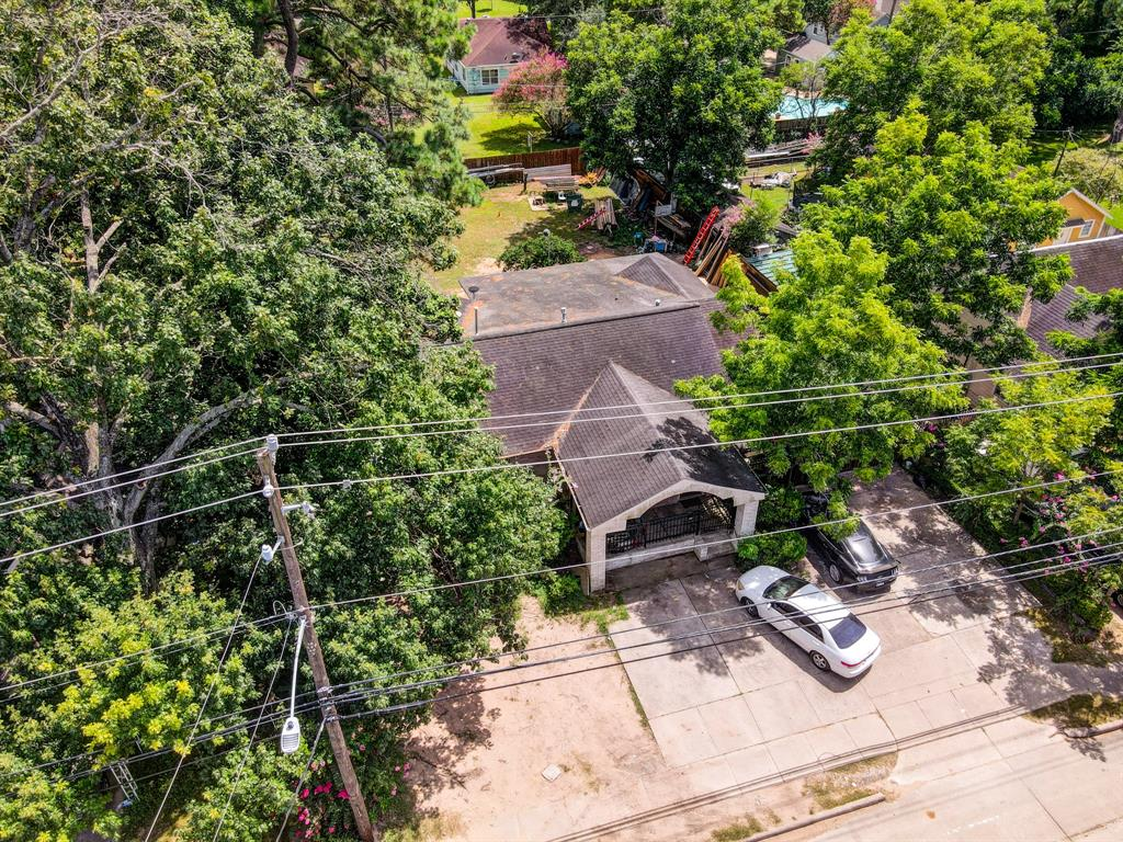 Located in an upcoming area near the Heights between Ella Blvd and Shepherd Dr. Minutes away from Graham Park, restaurants, retail stores and I-610.  You don't want to miss this gem!