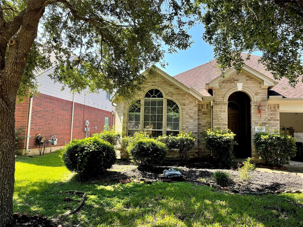 Spacious 3 bedroom 2 bath home in Louetta Lakes West. Open floor plan with large living room. Includes the refrigerator, washer, and dryer.  Easy access to I45 and Grand parkway. Make your appointment today!