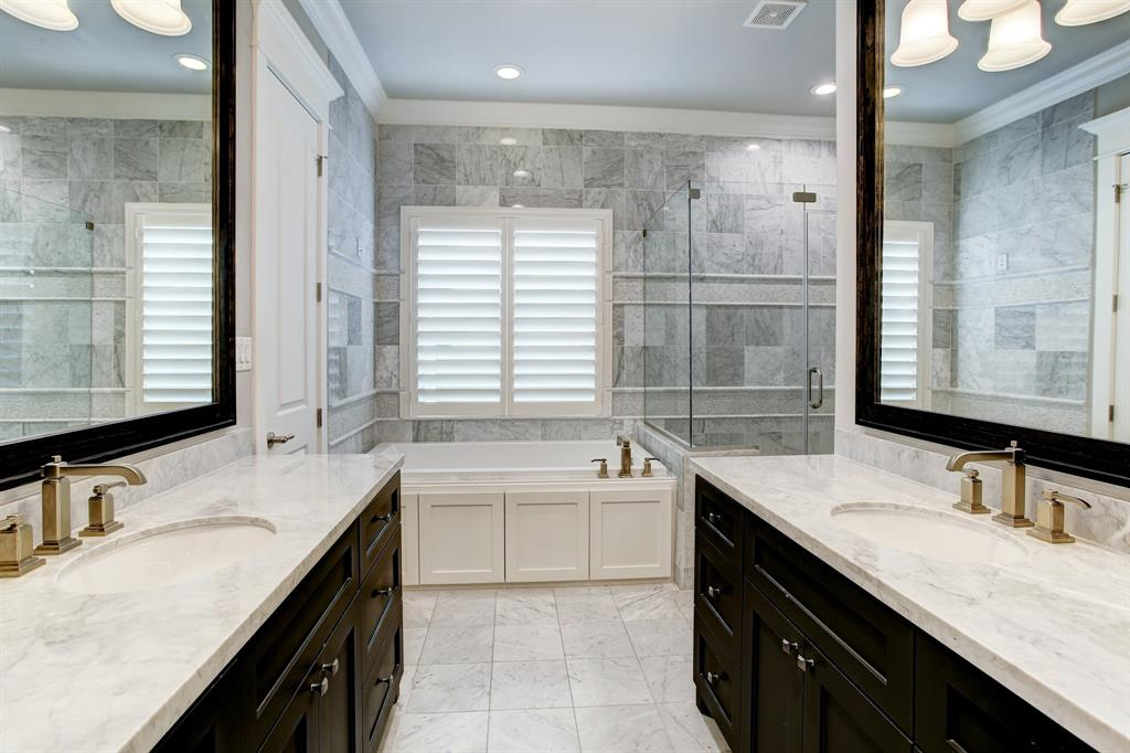 With the entry to the bath on the left, a better idea of how big and exquisitely finished is this space!