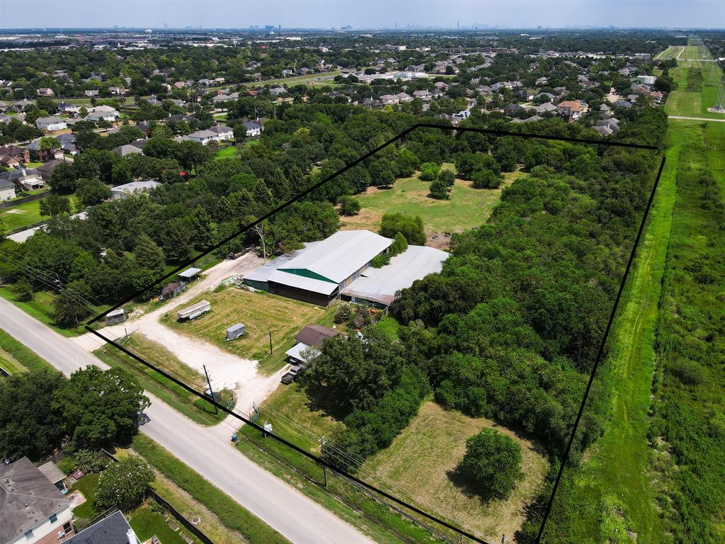 7 acre tract in Sugar Land in a great location that provides easy access to Hwy 6 and Westpark Tollway. Existing structures include horse barns, covered arena and house.