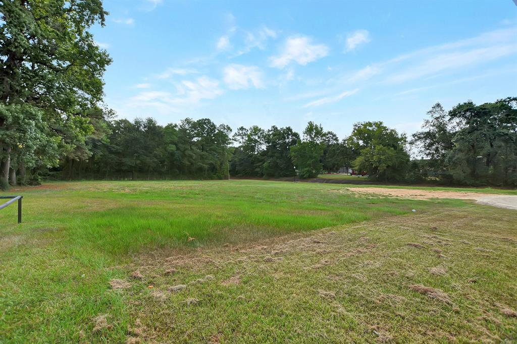 GREAT LOCATION!!!! FOR LAND LEASE ONLY---Beautiful piece of property behind La Palma Mexican Restaurant and next to the new Alligator Creek Walking track in Conroe.  Great place to Park a Food Truck, or use it to Store vehicles or heavy equipment etc.