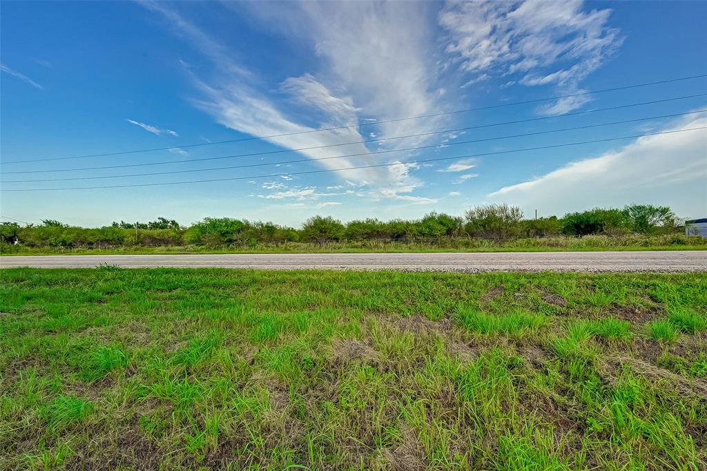 Almost 20 acres of prime multi-use land on the north side of Sealy.  Can be subdivided for residential use or commercial, farming or industrial usage.